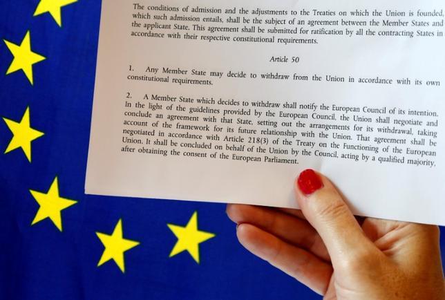 3月14日、英国のメイ首相は3月末までに、欧州連合(EU)離脱手続き開始に向けたリスボン条約第50条発動を通知する書簡をトゥスクEU大統領に送付する見通し。写真はリスボン条約第50条のコピー。ベルギー・ブリュッセルで昨年6月撮影(2017年 ロイター/Francois Lenoir)