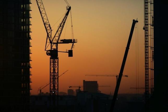 3月15日、英王立公認不動産鑑定士協会(RICS)は、英国が欧州連合(EU)の単一市場へのアクセスを維持できなければ、国内建設業界はEU諸国から20万人近い労働者を失う可能性があると指摘した。写真はロンドンの建設現場で昨年12月撮影(2017年 ロイター/Kevin Coombs)