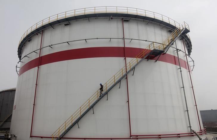 图为2012年3月资料图片,显示中国武汉一家炼厂的储油设施。REUTERS/Stringer