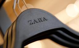 En la imagen de archivo, el logo de Zara en una percha de una tienda del centro de Barcelona, el 13 de diciembre de 2016. El grupo textil español Inditex, matriz de la cadena minorista de ropa Zara, reportó el miércoles unas ganancias netas para el 2016 de 3.160 millones de euros (3.350 millones de dólares), un alza de un 10 por ciento frente al ejercicio previo y en línea con las previsiones de los analistas. REUTERS/Albert Gea