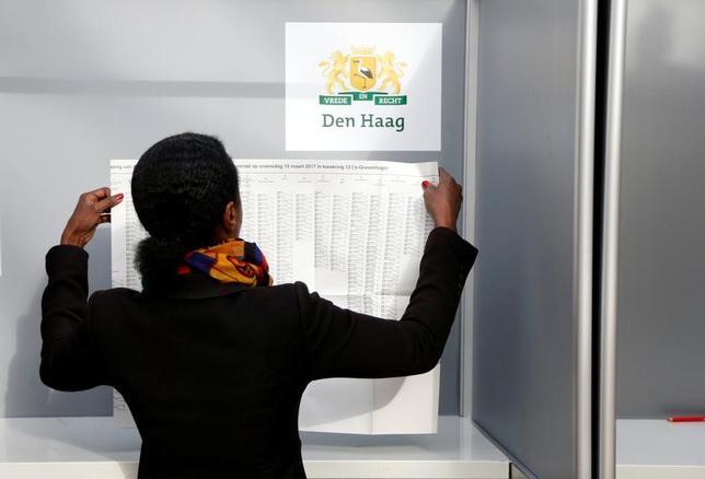 3月15日、下院選の投票が始まったオランダで有権者の政党選択を支援するウェブサイトがダウンした。サイバー攻撃を受けたためとみられる。ハーグの投票所で撮影(2017年 ロイター/Francois Lenoir)