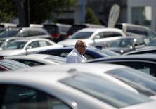 Un potencial comprador de autos mira vehículos en Silver Spring, Maryland, Estados Unidos. 1 de septiembre 2009. Los inventarios de las empresas en Estados Unidos subieron en enero debido a que las existencias de vehículos anotaron su mayor incremento en casi seis años y medio ante un declive de las ventas. REUTERS/Jason Reed   (UNITED STATES TRANSPORT BUSINESS) - RTR27C6T