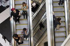 Consumidores en escaleras mecánicas en el centro comercial Beverly en Los Ángeles, California. 8 de noviembre 2013. Las ventas minoristas de Estados Unidos anotaron en febrero su menor incremento en seis meses, debido a que los hogares redujeron las compras de vehículos motorizados y el gasto discrecional, en el más reciente indicio de que la economía perdió más impulso en el primer trimestre.  REUTERS/David McNew