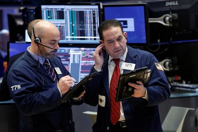 3月15日、米国株式市場は急反発。写真はNY証券取引所のトレーダー、8日撮影(2017年 ロイター/Brendan McDermid)