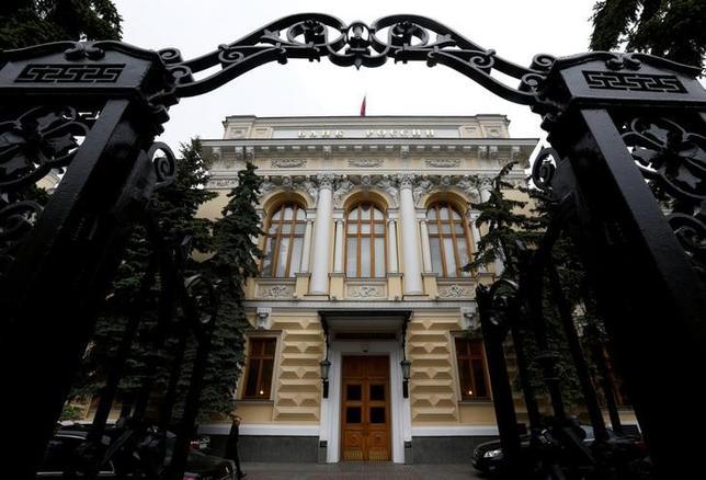 3月15日、ロシア中央銀行の金融政策部門責任者は、インフレ率が大きく低下したため中銀は今月下旬の政策決定会合で利下げを検討する可能性があると述べた。写真はモスクワの中銀本店、昨年5月撮影(2017年 ロイター/Sergei Karpukhin)