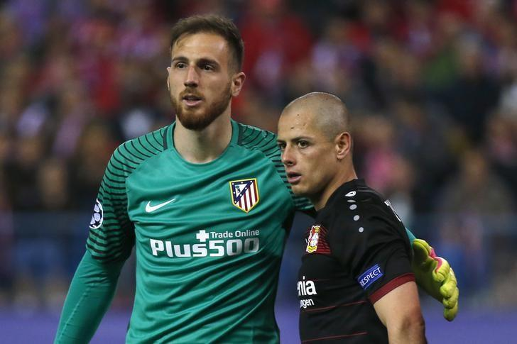 Soccer Football - Atletico Madrid v Bayer Leverkusen - UEFA Champions League Round of 16 Second Leg - Vicente Calderon Stadium, Madrid, Spain - 15/3/17 Bayer Leverkusen's Javier Hernandez with Atletico Madrid's Jan Oblak Reuters / Sergio Perez Livepic
