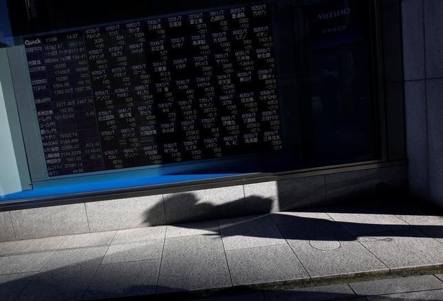 3月16日、寄り付きの東京株式市場で、日経平均株価は前日比118円68銭安の1万9458円70銭となり、続落して始まった。都内で昨年11月撮影(2017年 ロイター/Issei Kato)