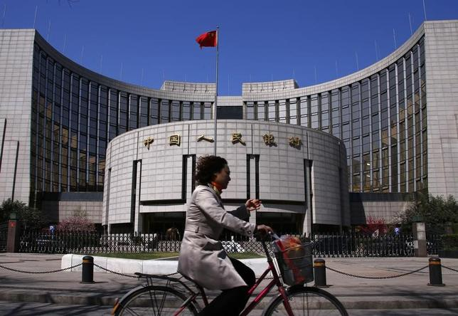 3月16日、中国人民銀行は、中期貸出ファシリティ(MLF)金利とリバースレポ金利を引き上げた。写真は北京にある同行。2014年4月撮影(2017年 ロイター/Petar Kujundzic)