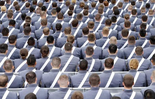 3月15日、米国防総省は、米国の海軍や陸軍の士官学校で昨年、性的暴行に関する報告が増加したとする年度報告書を発表した。写真はニューヨークで2014年5月撮影(2017年 ロイター/Kevin Lamarque)