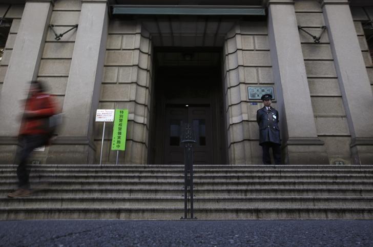 2013年2月,东京,一名安保人员在日本央行总部门前执勤。REUTERS/Yuya Shino