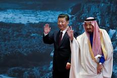 En la imagen, el presidente de China, Xi Jinping (I), y el rey de Arabia Saudí, Salman bin Abdulaziz Al-Saud, en un acto en el Museo Nacional de China en Beijing, China, el 16 de marzo de 2017.El rey Salman de Arabia Saudita supervisó el jueves la firma de acuerdos que podrían alcanzar los 65.000 millones de dólares en el primer día de una visita a Pekín, en momentos en que el mayor exportador de petróleo del mundo busca estrechar lazos con la segunda mayor economía global. REUTERS/Lintao Zhang/POOL