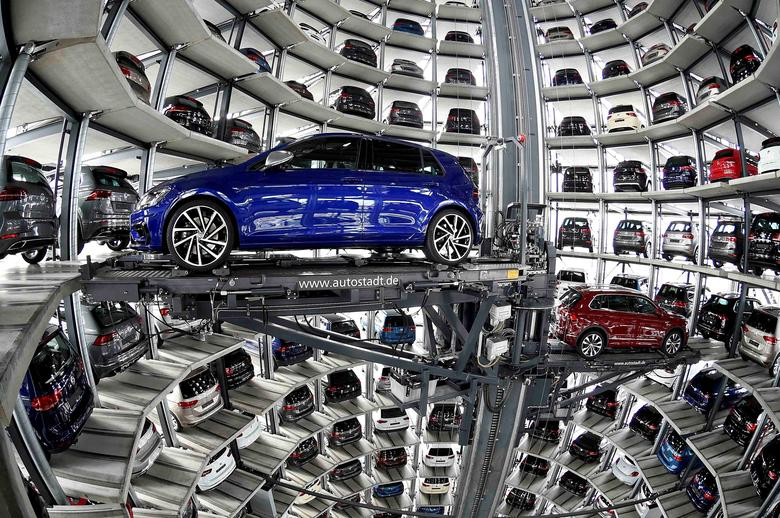 FILE PHOTO: VW cars are loaded in a delivery tower at the plant of German carmaker Volkswagen in Wolfsburg, Germany, March 14, 2017.       REUTERS/Fabian Bimmer/File Photo