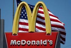 El logo de McDonald's es visto en Los Ángeles, California, Estados Unidos. 22 de abril 2016. McDonald's Corp borró el jueves un tweet que criticaba al presidente estadounidense, Donald Trump, y dijo que su cuenta oficial en Twitter se vio comprometida. REUTERS/Lucy Nicholson
