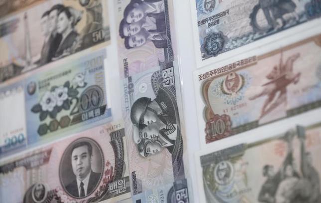 3月16日、ベルギーに本部を置く銀行間決済ネットワーク運営の国際銀行間通信協会(SWIFT)は、北朝鮮のすべての銀行に対して銀行間の決済に必要な通信サービスの提供を停止すると明らかにした。写真は北朝鮮紙幣。北朝鮮との軍事境界線近くにある韓国坡州市で2013年2月撮影(2017年 ロイター/Lee Jae-Won)