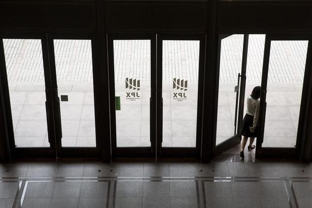 3月17日、前場の東京株式市場で、日経平均株価は前日比66円87銭安の1万9523円27銭となり反落となった。写真は東京証券取引所で2015年6月撮影(2017年 ロイター/Thomas Peter)