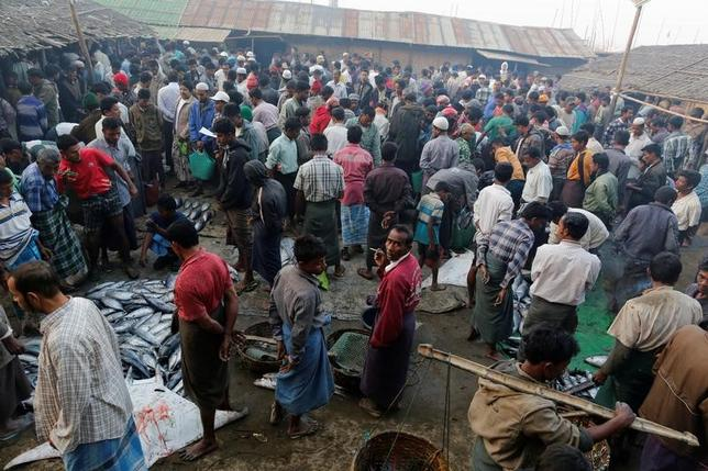 3月17日、ミャンマー西部ラカイン州で10月9日以降、武装勢力に協力したとしてイスラム教徒少数民族ロヒンギャ423人が拘束され、うち13人は10歳程度の子どもであることがわかった。写真は同州都シットウェの魚市場に集まるロヒンギャの男性。2日撮影(2017年 ロイター/Soe Zeya Tun)