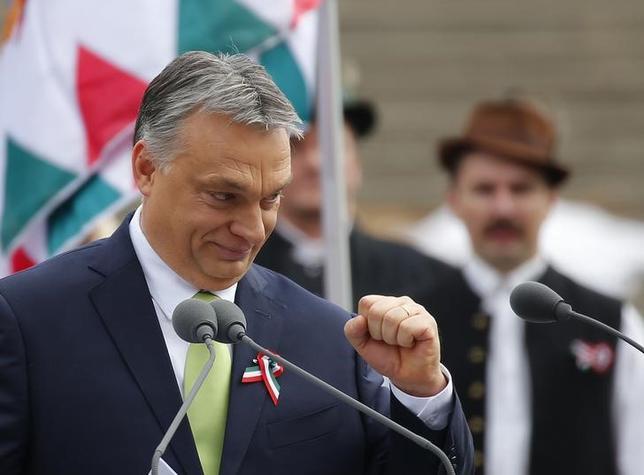 3月17日、ハンガリーのオルバン首相(写真)は、国営ラジオで、5月末までにセルビアとの国境沿いに2つ目のフェンスが完成するとの見通しを明らかにし、これによりトルコからの新たな移民の流入を防ぐことができると述べた。ブダペストで15日撮影(2017年 ロイター/Laszlo Balogh)