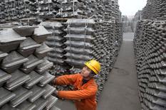 Un empleado revisa los lingotes de aluminio para exportar en el porto de Qingdao, Shadong, China. 14 de marzo 2010.  China aumentará este año la producción de metales no ferrosos en un 4,8 por ciento, dado que el principal productor y consumidor del mundo quiere mejorar la eficiencia en su industria de los metales, informaron el viernes autoridades del país. REUTERS/Stringer/File Photo    CHINA OUT. NO COMMERCIAL OR EDITORIAL SALES IN CHINA  - RTX2F3QJ
