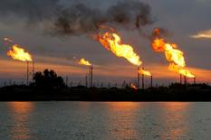 Campo de petróleo en Basora, Irak.  17/01/2017 .La OPEP tendrá que extender sus recortes al bombeo para sostener una recuperación en los precios, ya que una mayor producción petrolera fuera del grupo podría frustrar los esfuerzos por reducir el exceso de inventarios, mostró el viernes una encuesta a analistas. REUTERS/Essam Al-Sudani