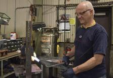 Trabajador del fabricante de transformadores RoMan Manufacturing solda una bobina secundaria para un transformador en la fábrica de la empresa en Grand Rapids, Michigan, Estados Unidos. 7 de diciembre 2016. La producción fabril en Estados Unidos subió por sexto mes consecutivo en febrero, lo que sugiere que la recuperación de las manufacturas está cobrando impulso en la medida en que el alza de los precios de las materias primas eleva la demanda por maquinaria y otros equipos. REUTERS/Nick Carey - RTSVE36