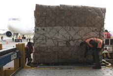 Trabajadores cargan cajas con flores para exportar a Estados Unidos. 4 de febrero 2014. Colombia redujo el déficit en su balanza comercial en enero a 754 millones de dólares, frente a una brecha de 1.492,6 millones de dólares en igual mes del año pasado, debido a un fuerte repunte de las exportaciones, revelaron el viernes cifras del Departamento Nacional de Estadísticas (DANE). REUTERS/Jose Miguel Gomez (COLOMBIA - Tags: BUSINESS TRANSPORT) - RTX1886S