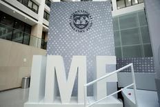 Foto de archivo del logo del Fondo Monetario Internacional (FMI) en las oficinas de la entidad en Washington. Oct 9, 2016. El Fondo Monetario Internacional (FMI) redujo el viernes su proyección de crecimiento de la economía de Colombia para este año a un 2,3 por ciento, desde una previa de 2,6 por ciento, debido a la incertidumbre política local y externa, así como por riesgos de volatilidad financiera. REUTERS/Yuri Gripas