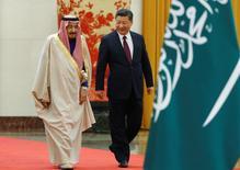 El presidente de China, Xi Jinping, y el rey de Arabia Saudita, Salman bin Abdulaziz Al-Saud, participan en la ceremonia de bienvenida en el Gran Salón del Pueblo en Pekín, China. 16 marzo 2017. China y Arabia Saudita aumentarán su cooperación en el sector petrolero, incluyendo exportaciones de crudo saudí a China, dijeron los dos países en un comunicado conjunto emitido el sábado al cierre de la visita del rey Salmán Abdulaziz Al Saúdi a Pekín. REUTERS/Thomas Peter