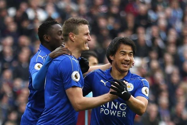 3月18日、サッカーのイングランド・プレミアリーグ、岡崎慎司(右)が所属するレスターはウェストハムを3─2で下した(2017年 ロイター)