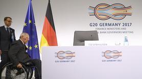 El presidente del Bundesbank, Jens Weidmann, (izq) y el ministro alemán de Finanzas, Wolfgang Schaeuble, llegan a una conferencia de prensa en la cumbre del G20 celebrada en Baden Baden, Alemania. 18 marzo 2017. La incapacidad de los líderes financieros mundiales para llegar a un acuerdo contra el proteccionismo y en apoyo del libre comercio significó un revés en el proceso del G-20 y supone un riesgo para el crecimiento y las economías exportadoras como la anfitriona Alemania, dijeron economistas el domingo. REUTERS/Kai Pfaffenbach