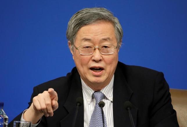 3月18日、中国人民銀行の周小川総裁(写真)は国内経済の成長見通しは改善しているが、穏健で中立的な金融政策を維持するとの見解を明らかにした。ドイツで開かれた新興5カ国の財務相・中銀総裁会議での発言内容を人民銀がウェブサイト上で公表した。写真は北京で10日撮影(2017年 ロイター/Jason Lee)