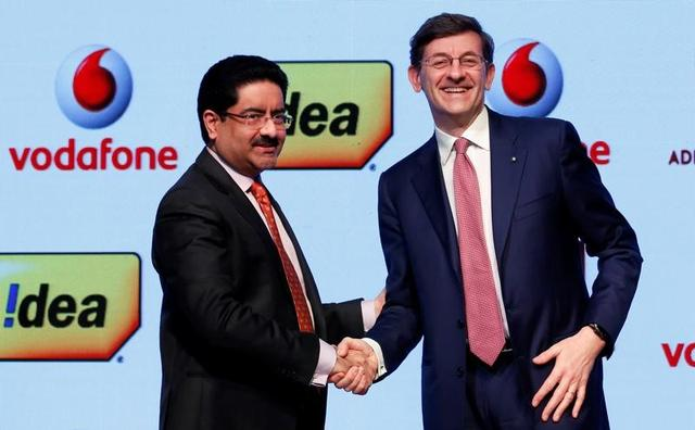 Kumar Mangalam Birla (L), chairman of Aditya Birla Group, shakes hands with Vittorio Colao, CEO of Vodafone Group, after a news conference in Mumbai, India March 20, 2017. REUTERS/Danish Siddiqui