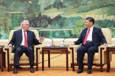 En la imagen, el presidente chino Xi Jinping (D) y el secretario de Estado de EEUU Rex Tillerson ante de una reunión en Pekín, China, el 19 de marzo de 2017. El gobierno de China ha estado buscando consejo de sus 'think-tanks' y asesores políticos sobre cómo contrarrestar posibles sanciones comerciales por parte del presidente de Estados Unidos, Donald Trump, preparándose para lo peor, incluso mientras esperan negociaciones comerciales.  REUTERS/Lintao Zhang/Pool