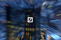 IMAGEN DE ARCHIVO: La sede del banco alemán Deutsche Bank en Francfórt, Alemania.  31 de enero 2017. Deutsche Bank se ha beneficiado de sólidas operaciones de intermediación de bonos desde el inicio del año y espera que el crecimiento de su banca de inversión en el 2017 provenga de esta área de negocios, dijo el prestamista en un reporte anual publicado el lunes. REUTERS/Kai Pfaffenbach/File Photo