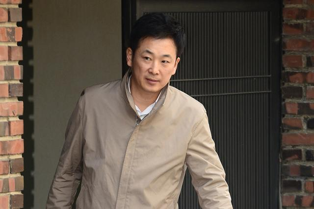 Yoo Yeong-ha, a lawyer for South Korea's ousted leader Park Geun-hye, gets out of Park's private house in Seoul, South Korea, March 17, 2017. Picture taken March 17, 2017. Shin Woong-su/News1 via REUTERS