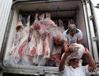 Unos trabajadores descargando carne desde un camión en Sao Paulo, Brasil, jun 3, 2015. Chile suspendió temporalmente las importaciones de carne bovina brasileña, tras el escándalo por el supuesto soborno de funcionarios sanitarios de ese país para permitir la venta del producto en mal estado, dijo el lunes el ministerio de Agricultura.   REUTERS/Paulo Whitaker