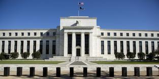 El edificio de la Reserva Federal de Estados Unidos en Washington, abr 3, 2012. El titular de la Reserva Federal de Filadelfia, Patrick Harker, dijo que el banco central estadounidense presionará a la inflación un poco por encima de su meta del 2 por ciento, incluso si continúa subiendo gradualmente las tasas de interés.   REUTERS/Joshua Roberts