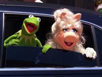 """IMAGEN DE ARCHIVO: Miss piggy y Kermit en la premiere de su película en Los Ángeles, California. 11 de julio 1999 El programa de televisión infantil """"Plaza Sésamo"""" contará con un nuevo personaje: una Muppet con autismo llamada Julia. © Reuters Photographer / Reuter RMP/CLH/JP - RTR1H8X"""