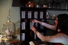 نادلة ترتيب مفاتيح الغرف في فندق وولد اوف هوتيل بالضفة الغربية يوم الاحد. تصوير: عمار عوض - رويترز.