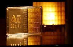 Lingotes de oro de un gramo en exhibición en el banco de ahorro Sparkasse en Duesseldorf, Alemania, abr 27, 2016. Los precios del oro subieron levemente el lunes y tocaron un máximo de dos semanas, después de que el dólar se depreció a su menor cota en seis semanas tras una cumbre del G-20 el fin de semana que estuvo marcada por la postura proteccionista del Gobierno estadounidense sobre el comercio global.     REUTERS/Wolfgang Rattay