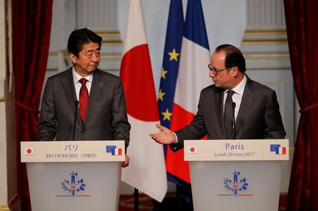 French President Francois Hollande and Japan's Prime Minister Shinzo Abe attend a joint declaration at the Elysee Palace in Paris, France, March 20, 2017. REUTERS/Philippe Wojazer
