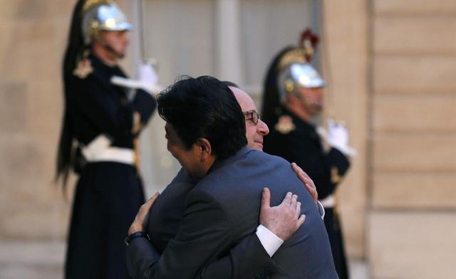 French President Francois Hollande welcomes Japan's Prime Minister Shinzo Abe as he arrives at the Elysee Palace in Paris, France, March 20, 2017.  REUTERS/Philippe Wojazer