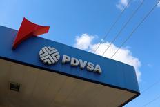 Foto de archivo del logo de PDVSA en una gasolinera en Caracas. Mar 2, 2017.   La fiscalía venezolana dijo el lunes que imputó a los presidentes de dos subcontratistas que habrían cobrado sobreprecio en la adquisición e instalación de dos monoboyas del terminal de almacenamiento y descarga de crudo José Antonio Anzoátegui, operado por la estatal petrolera PDVSA. REUTERS/Carlos Garcia Rawlins