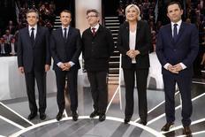 Candidatos presidenciais franceses Francois Fillon (primeiro à esquerda), Emmanuel Macron, Jean-Luc Melenchon, Marine Le Pen e Benoit Hamon posam para fotos antes do debate do canal de TV TF1 20/03/2017 REUTERS/Patrick Kovarik/Pool