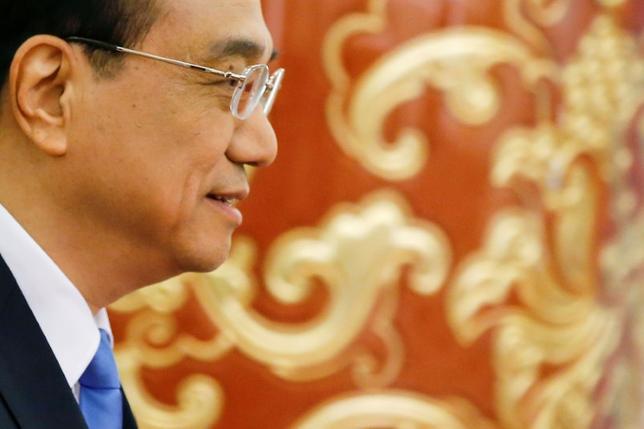 3月20日、中国の李克強首相は、北京で開催された中国開発フォーラムの会合で、中国のサービス業、製造業、鉱業セクターを海外に一段と開放する方針を語った。新華社が21日伝えた。写真は記者会見場に到着した同首相。北京で15日撮影(2017年 ロイター/Damir Sagolj )