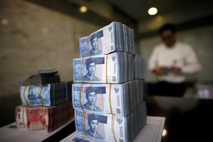 A teller in Bank Indonesia's headquarters counts rupiah bank notes in Jakarta, Indonesia April 21, 2016. REUTERS/Darren Whiteside/File Photo