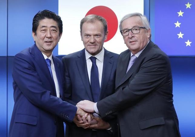 3月21日、欧州連合(EU)のトゥスク大統領(中央)は、EUは日本との自由貿易協定と戦略的パートナーシップ協定の締結に向けた早期の交渉完了にコミットしていると表明した。(2017年 ロイター/Yves Herman)