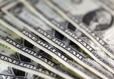 En la imagen se ven billetes de un dólar. 7 de noviembre 2016. El déficit en cuenta corriente de Estados Unidos cayó inesperadamente en el cuarto trimestre del 2016, alcanzando su menor nivel en más de un año, gracias a que un incremento en el superávit de ingresos primarios compensó una baja en las exportaciones liderada por la soja. REUTERS/Dado Ruvic/Illustration