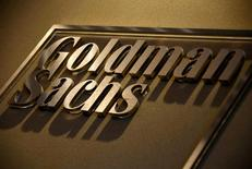 Un logo de Goldman Sachs en las oficinas de la compañía en Sídney, Australia. 18 de mayo 2016.   Los nuevos proyectos de producción y otro auge del petróleo de esquisto podrían impulsar el bombeo en un millón de barriles por año y generar una sobreoferta hasta el 2019, según Goldman Sachs. REUTERS/David Gray/File Photo
