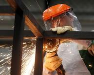 Un empleado en la fábrica de maquinaria y equipamento industrial  Göttert en Garín, Argentina, mayo 20, 2016. La economía de Argentina dejó atrás la recesión al crecer tibiamente en los últimos dos trimestres del 2016, informó el martes el Gobierno, lo que dará un espaldarazo al Gobierno de Mauricio Macri de cara a los comicios de medio término de octubre próximo. REUTERS/Enrique Marcarian