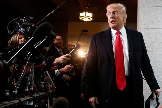 3月21日、トランプ米大統領は下院共和党議員に医療保険制度改革(オバマケア)の改廃法案への支持を訴えるとともに、法案を可決出来なければ2018年の中間選挙で有権者から罰せられると警告した(2017年 ロイター/Jonathan Ernst)